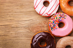 Donuts på träbakgrund Arkivbilder