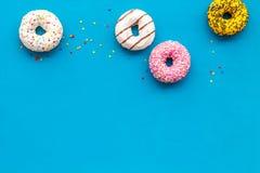 Donuts r??ni smaki dla ?niadania na b??kitnego t?a odg?rnym widoku obraz stock