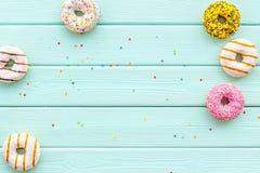 Donuts r??ni smaki dla ?niadania na mennicy zieleni t?a odg?rnego widoku drewnianej przestrzeni dla teksta obrazy stock