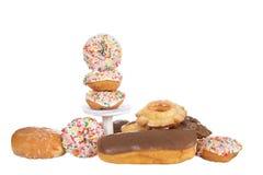 Donuts som staplas på sockel och isoleras royaltyfri foto