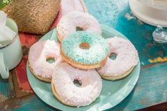 Donuts som tjänas som på tabellen Fotografering för Bildbyråer