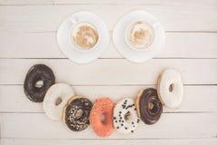 Donuts und Kaffee stockbilder