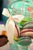 Donuts van verschillende die kleuren in een mooie schotel worden gestapeld royalty-vrije stock foto