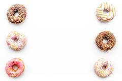 Donuts verfraaide suikerglazuur en bestrooit op wit achtergrond hoogste meningsexemplaar ruimtepatroon stock fotografie