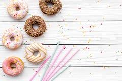 Donuts verfraaide suikerglazuur en bestrooit op wit achtergrond hoogste meningsexemplaar ruimteruimte voor tekst stock fotografie