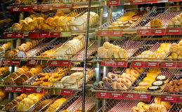 Donuts in window shop. Royalty Free Stock Photos