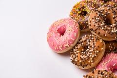 Donuts wordt verglaasd met bestrooit op een lichte achtergrond die royalty-vrije stock foto's
