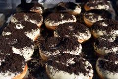 Donuts z cukrowym glazerunkiem, kakao Zdjęcia Royalty Free