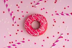 Donuts z lodowaceniem na pastelowych menchii tle z copyspace Swee Zdjęcia Royalty Free