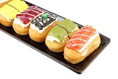 Donutssoort in de zwarte schotel. royalty-vrije stock fotografie