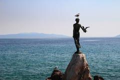 Donzela com a estátua da gaivota e a Croácia de Opatija do mar de adriático Fotografia de Stock