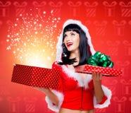 Donzela da neve com um presente do Natal com brilho mágico fotografia de stock