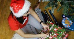 A donzela da neve decora a caixa de presente do Natal com cookies filme