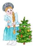 A donzela da neve está decorando a árvore do ano novo Foto de Stock Royalty Free