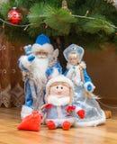 Donzela de Santa Claus e da neve e uma boa menina com um presente imagens de stock