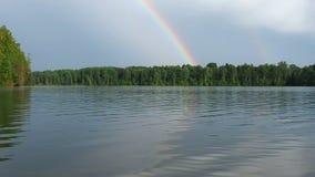 Dooble tęcza na horyzoncie, filmujący od łodzi, unosi się na rzece Chmurny pogodowy letni dzień zbiory