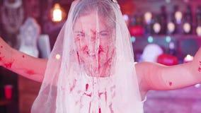 Dood die bruidkostuum voor een Halloween-partij wordt bloedig-bevlekt stock videobeelden