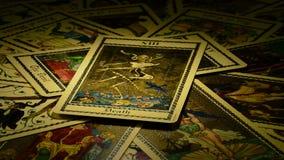Dood en Duivel op tarotkaart stock footage