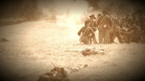 Dood en gewond op slagveld van burgeroorlog (de Versie van de Archieflengte) stock video
