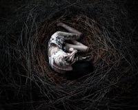 Dood in het bos, meisje in het nest Stock Afbeeldingen