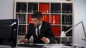 Dood lijnconcept met zakenman die vele overeenkomsten doen stock video