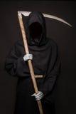 Dood met zeis die zich in dark bevinden Halloween Royalty-vrije Stock Afbeeldingen