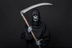 Dood met zeis die zich in dark bevinden Halloween Stock Foto's
