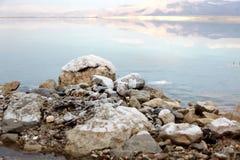 Dood Overzees Zout bij de rotsen van Jordanië Stock Afbeeldingen