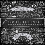 Doodle εικονίδια μέσων που τίθενται κοινωνικά με τον πίνακα κιμωλίας Στοκ Εικόνες