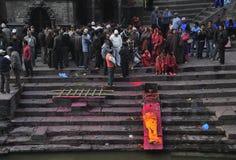 Doodsceremonie bij Pashupatinath-Tempel Royalty-vrije Stock Afbeeldingen