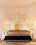 Doodskist bij begrafenis in christelijke orthodoxe kerk stock foto