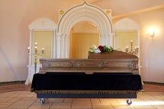 Doodskist bij begrafenis in orthodoxe kerk stock fotografie