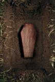 Doodskist of graf bij kerkhof Royalty-vrije Stock Foto