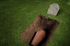 Doodskist of graf bij kerkhof stock fotografie