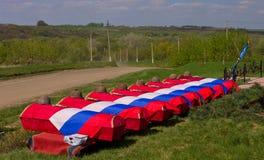 Doodskisten met overblijfselen van Sovjetmilitairen omvat met vlaggen vóór de begrafenis De begrafenis stock foto's