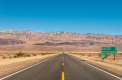 Doodsvallei, Californië - Lege oneindige Weg in de Woestijn Royalty-vrije Stock Foto