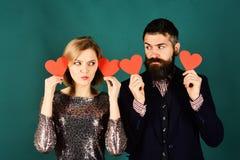 Doof liefde en valentijnskaartenconcept Het paar in liefde houdt harten royalty-vrije stock afbeeldingen