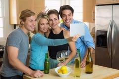 Doof lustiges selfie stellt die Leute der Freunde zusammen gegenüber, die Spaß an einer Partei haben stockfotografie
