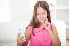 Doof meisje die gebruikend gebarentaal op de nok van smartphone spreken royalty-vrije stock foto's
