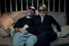 Doof Sonderlingpaare, die 3D fernsehen Lizenzfreie Stockfotografie