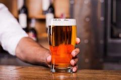 Doof uw dorst met glas koud bier! stock afbeeldingen