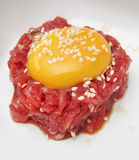 Dooier op fijngehakt rundvlees royalty-vrije stock foto