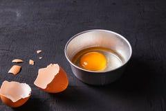Dooiers en Eiproteïne in een Kop Corolla zwaait eieren voorbereiding royalty-vrije stock foto
