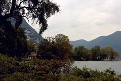 dookoła jeziora góry Szwajcarii chodzącym Obraz Royalty Free
