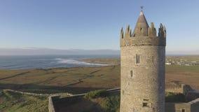 从Doolin的史诗空中风景爱尔兰城堡风景视图在克莱尔郡 沿狂放的大西洋方式的著名旅游胜地 股票录像