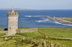 Doonagore城堡, Co 在Ballyvaughan, Co.Clare,爱尔兰附近的大西洋海岸线 库存图片