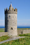 Doonagore城堡, Co 在Ballyvaughan, Co.Clare,爱尔兰附近的大西洋海岸线 免版税库存图片