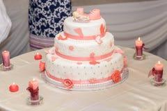 Doop cake met suikerschoenen en brandende kaarsen stock foto's