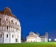 Doopkapel, Duomo en de Leunende Toren van Pisa bij nacht Royalty-vrije Stock Fotografie