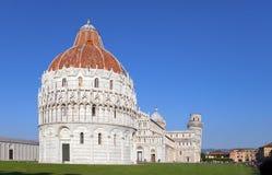 Doopkapel en de Leunende Toren in Kathedraalvierkant in Pisa, Italië Stock Foto